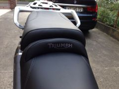 Neu bezogen, mit Triumph-Logo.