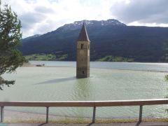 der Kirchturm mit nassen Füßen