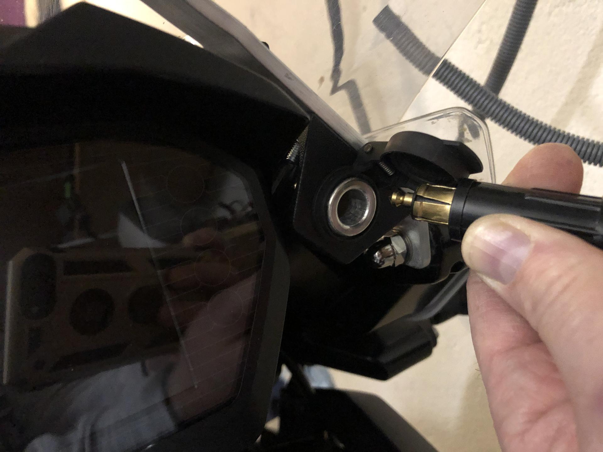 Steckdose verlegt Tiger 1200 für Navigation und Mobiltelefon